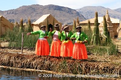 ティティカカ湖の民族衣装の島民