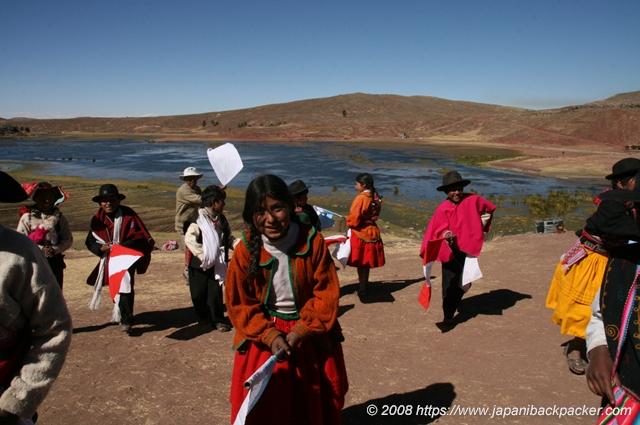 踊るペルーの子供達