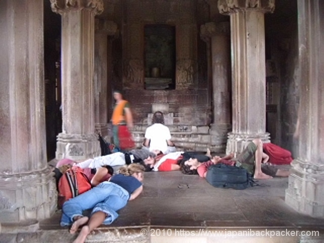 インドの寺で寝る外国人