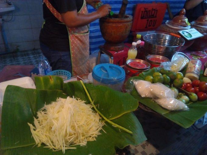 チェンマイのサタデーマーケットのソムタム