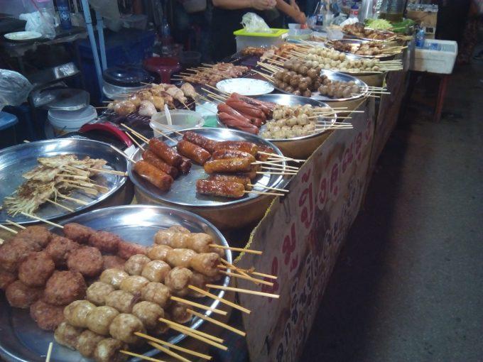 チェンマイのサタデーマーケットの焼き鳥屋