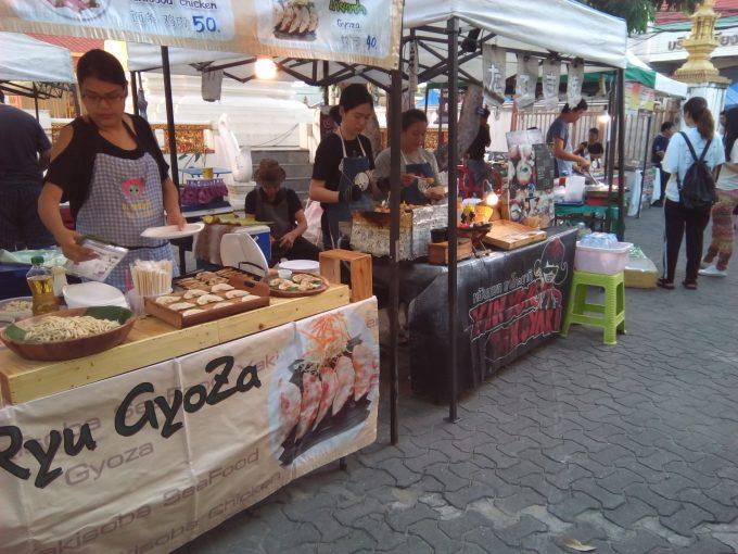 チェンマイのサンデーマーケットの餃子屋