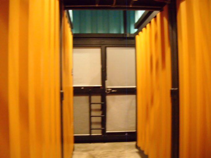 カプセル バイ コンテナホテルの廊下