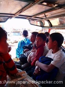 ラオスの乗り合いバス