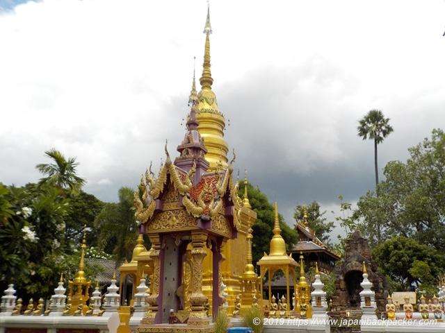 ワット・タウアーイの仏塔