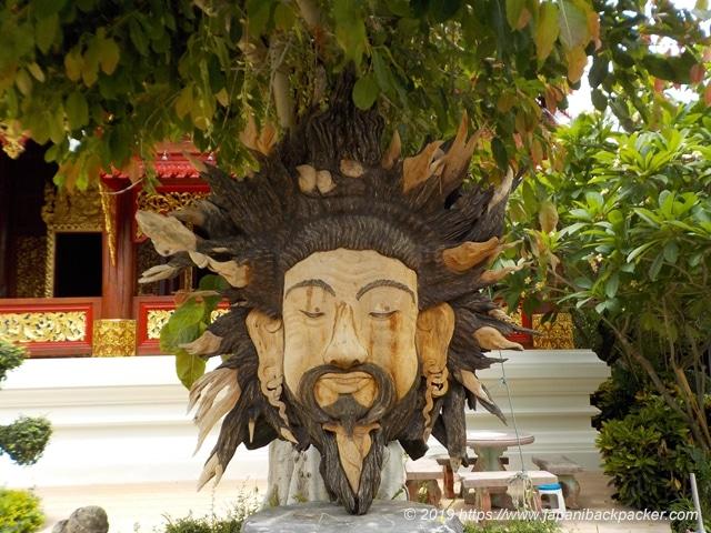 ワット・タウアーイの像