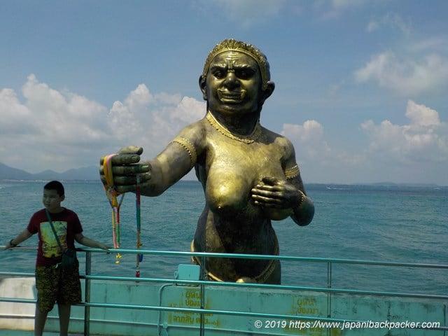 サメット島 ナダン港の像