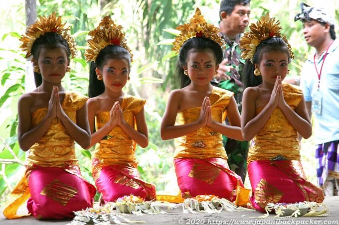 バリ島ウブド 寺院の儀式 祈る子どもたち