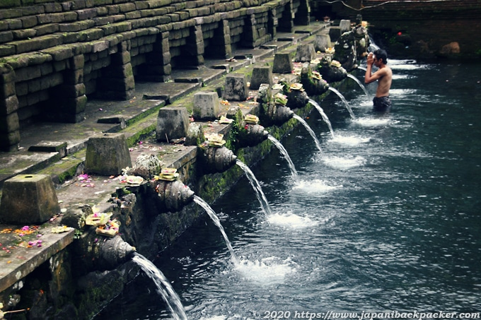 ティルタエンプル寺院で沐浴する人