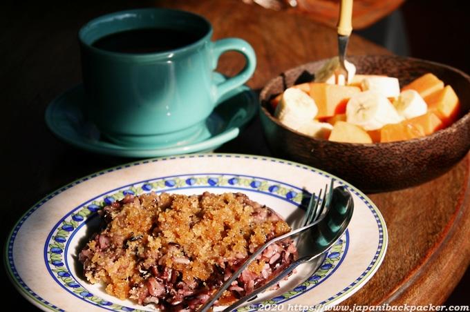 バリ島の朝食 甘い粥と果物、バリコーヒー