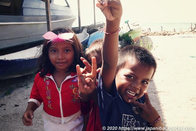 レンボンガン島の子供たち