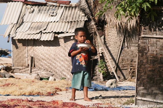 レンボンガン島の子供