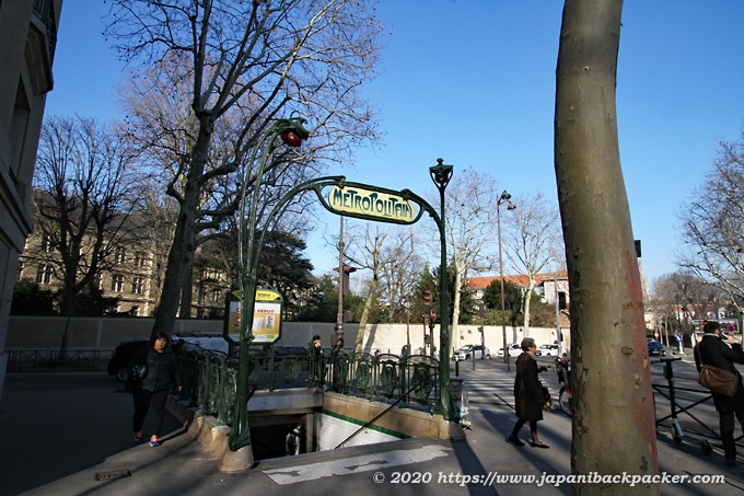 パリのメトロの入口