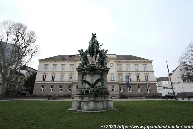 法務省と彫像