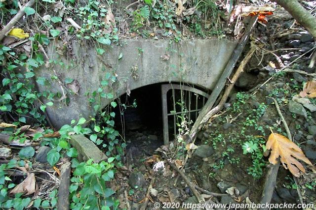 ランガル島 原油貯蔵設備跡 入り口