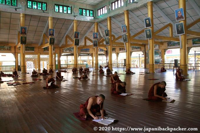 チャカッワイン僧院 勉強する僧侶