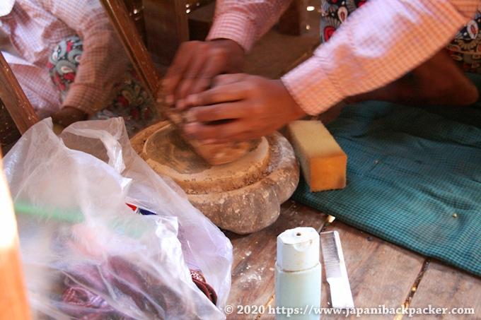 ミャンマー タナカ作り