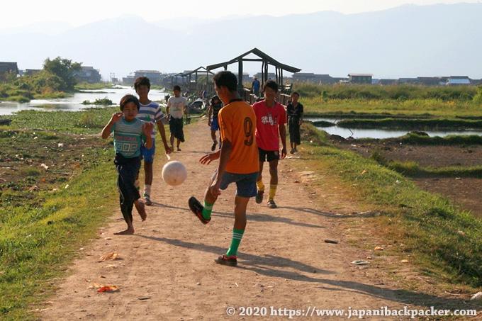 インレー湖 サッカーする子供たち