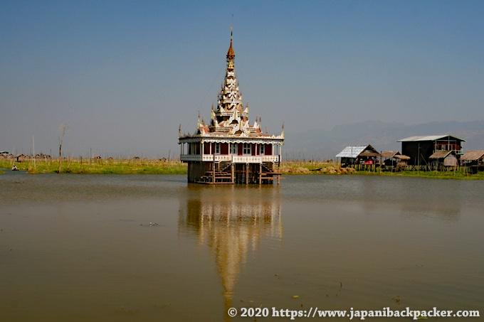 インレー湖 水上寺院