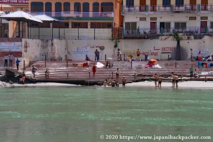 リシケシ ガンジス川で沐浴する人々