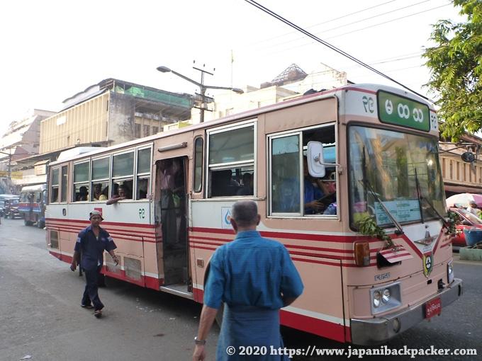 ヤンゴンのバス