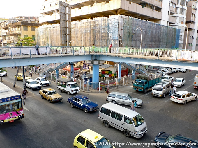 ヤンゴンの歩道橋