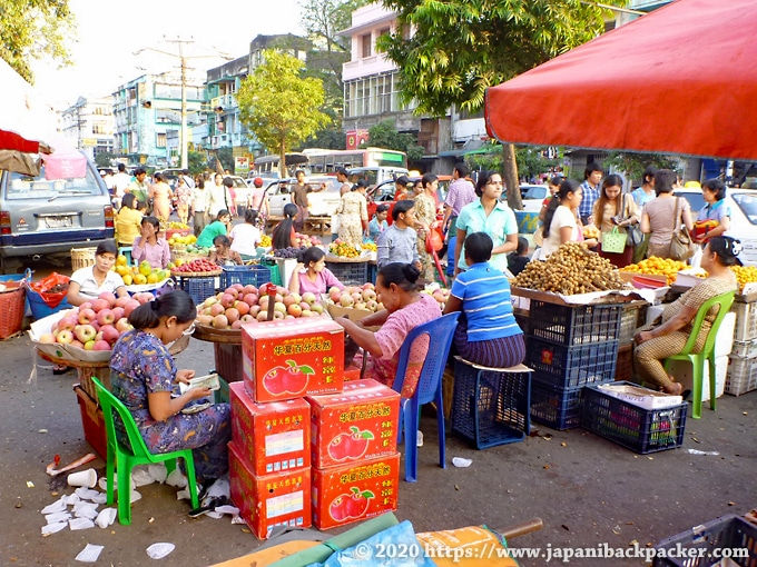 ヤンゴンの青空市場 果物屋