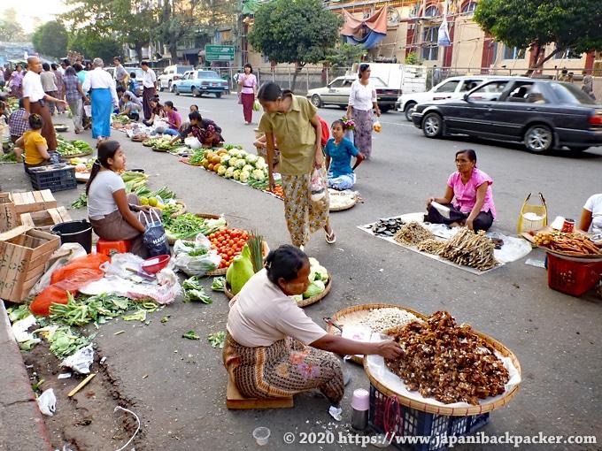 ヤンゴンの青空市場