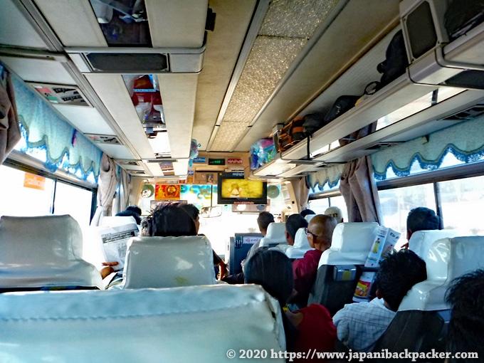 ミャンマーの夜行バス車内