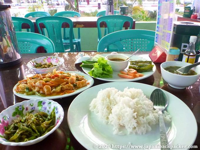 ミャンマーのインター 夕食