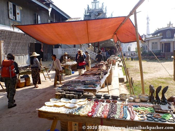 インレー湖の市場 土産屋 Ywama Village