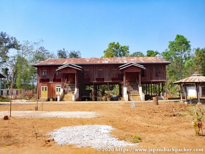インレー湖 木造の僧院