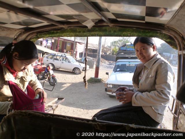 ミャンマーのミニバス乗客