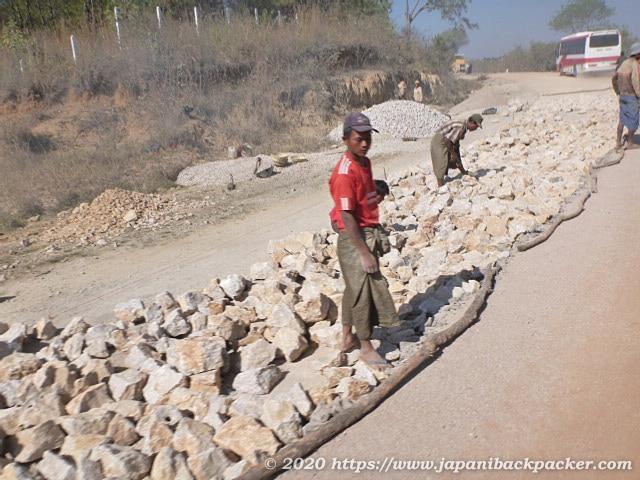ミャンマーの道路工事