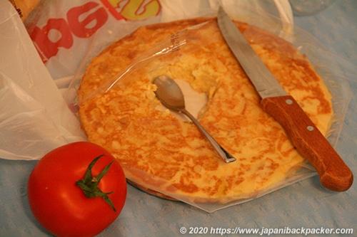 スペインのトルティーヤとトマト
